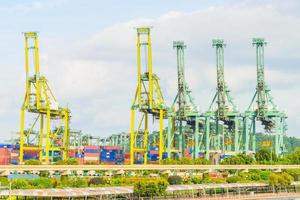 kranen in de haven van singapore foto