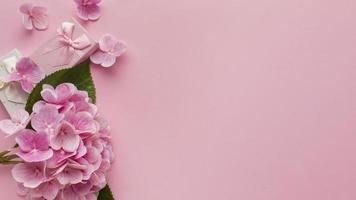 roze bloemenachtergrond met exemplaarruimte foto