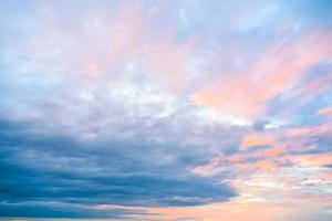 bewolkte hemel bij zonsondergang foto