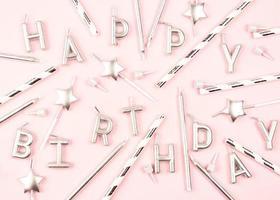 gelukkige verjaardagsdecoratie plat lag op roze achtergrond foto