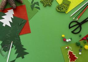 kerst knutselen leveringen op groene achtergrond foto