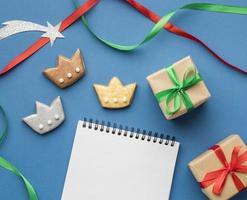epiphany day cookies en geschenken op blauwe achtergrond foto