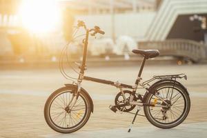 moderne milieuvriendelijke fiets buitenshuis foto