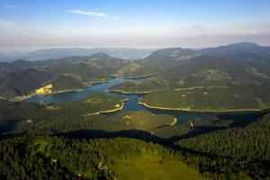 zaovine uitzicht op het meer van tara berg in servië foto
