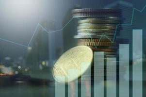 stapels munten met groeigrafieken foto
