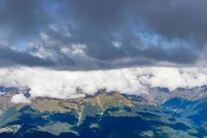 berglandschap met bewolkte blauwe hemel in Sotsji, Rusland foto