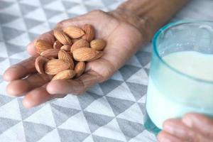 amandelen en melk in handen foto