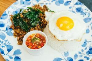 pikant varkensvlees met basilicumblad en rijst foto