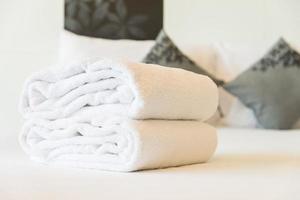 handdoeken op bed foto