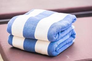 handdoek op bed bij het zwembad foto
