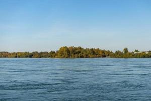 landschap van de angara-rivier en de kustlijn van irkutsk, rusland foto
