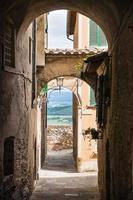 uitzicht via boog in Italië foto