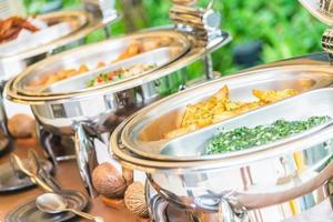 selectief aandachtspunt op cateringbuffetvoedsel in restaurant foto