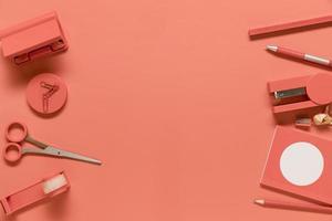 samenstelling van kantoorbenodigdheden in roze kleur foto