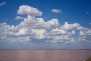 landschap van meer sasyk-sivash met een bewolkte blauwe hemel foto