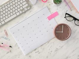 plat leggen bureaukalender en klok foto
