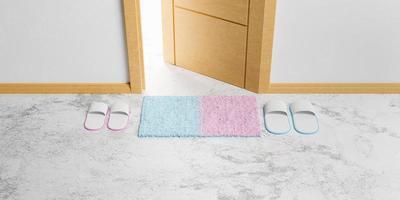 mat en pantoffels voor een open deur foto
