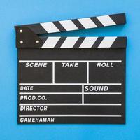 close-up Filmklapper op blauwe achtergrond foto