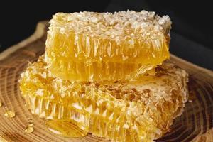 close-up honingraten op houten schotel foto