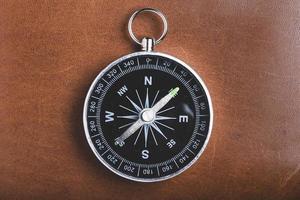 close-up van kompas op houten achtergrond foto