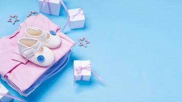 hoge hoek van schattige kleine babyaccessoires met kopie ruimte op blauwe achtergrond foto