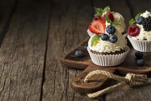 hoge mening van smakelijke cupcakes met exemplaarruimte foto