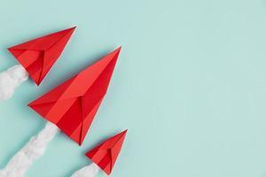 kopieer ruimte vliegtuigen gemaakt van papier op blauw groene achtergrond foto