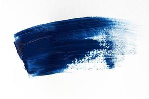 donkerblauwe penseelstreek op witte achtergrond foto