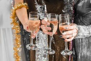 elegante meisjes die met champagne roosteren foto