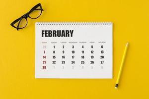 plat lag planner kalender op gele achtergrond foto