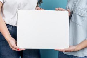 meisjes die leeg whiteboard houden foto