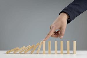 hoge hoek houten blokken met de hand gerangschikt op neutrale achtergrond foto