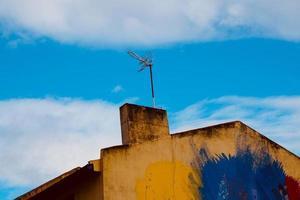 televisie-antenne op het dak van het huis foto