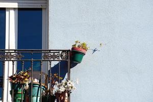 balkon op de gevel van het huis, architectuur in bilbao city, spanje foto