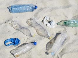 lege plastic flessen water in het zand foto