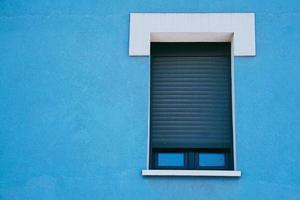venster op de blauwe gevel van het huis, architectuur in de stad Bilbao, Spanje foto