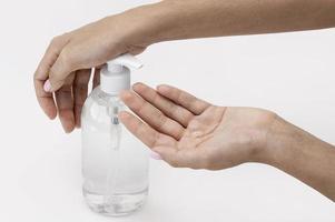 persoon met een hoge hoek die vloeibare zeep gebruikt foto