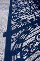 metalen hek schaduwen silhouet op de grond foto