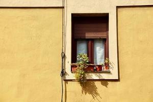venster op de gele gevel van het huis, architectuur in de stad Bilbao, Spanje foto