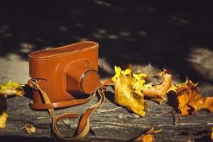 vintage camera op houten bank foto