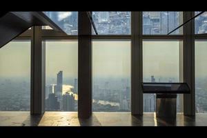 interieur van kantoorgebouw uitzicht op moderne zaken wolkenkrabbers, glas en lucht bekijken landschap van commercieel gebouw in de centrale stad foto