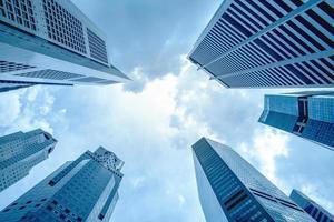 weergave van moderne zakelijke wolkenkrabber glas en lucht bekijken landschap van commercieel gebouw in een centrale stad foto