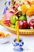 gele kaars, wierookpot en kaarsen branden foto
