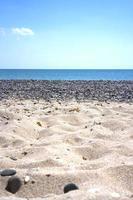 zand en kiezelstenen op een strand in de buurt van Yevpatoria, de Krim foto