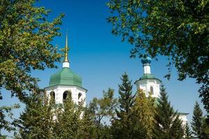 landschap met uitzicht op het znamensky klooster met een heldere blauwe lucht in Irkutsk, Rusland foto