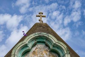 deel van een anacopievesttoren met een bewolkte blauwe hemel in nieuw athos, abchazië foto