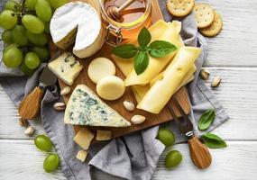 bovenaanzicht van een assortiment kaas en andere snacks foto