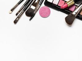 make-up ingesteld op een witte achtergrond met kopie ruimte foto