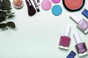 make-up op een lichtgroene achtergrond foto