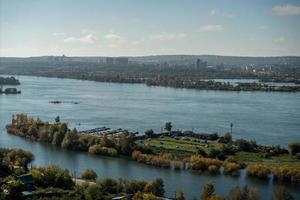 luchtfoto van een jachthaven in de rivier de angara in irkutsk, rusland foto
